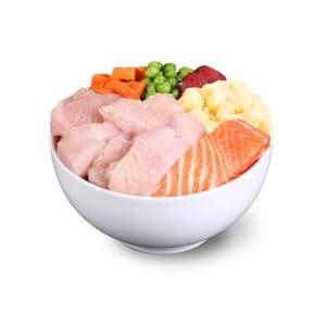 mrożona, łatwo przyswajalna, surowa karma dla psów dorosłych, bez zbóż. Oparta na kurczaku. Bogata w mięso, ponieważ pies potrzebuje dużo naturalnego białka zwierzęcego dobrze przyswajalnego. Karma wyprodukowana z samego mięsa indyka i łososia, dlatego nie ma podrobów, resztek owoców i warzyw. Jolipet to maksymalna strawność dzięki wysokiej jakości składnikom. Jolipet Adult jest bezpieczna karmą, ponieważ opracowana wraz z naukowcami akademickimi.
